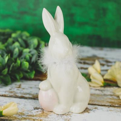 Figurka ceramiczna zając z jajkiem i futerkiem 19 cm